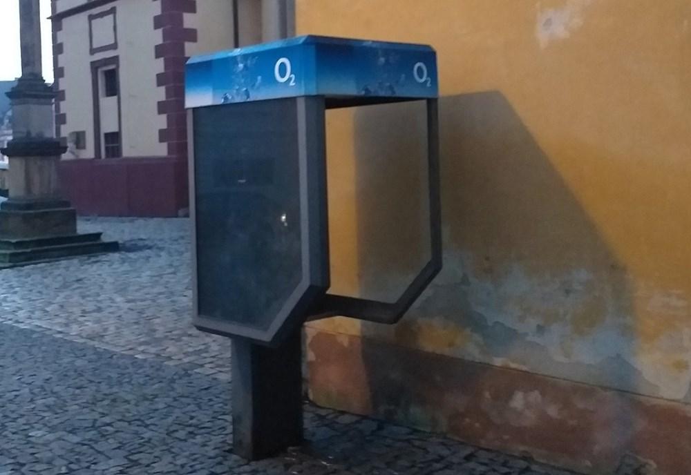 Popis: Z vysloužilé a nefunkční telefonní budky v Kostelní ulici vznikne knihobudka.