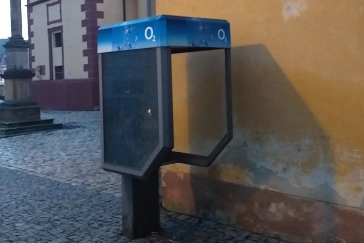 Z vysloužilé a nefunkční telefonní budky v Kostelní ulici vznikne knihobudka