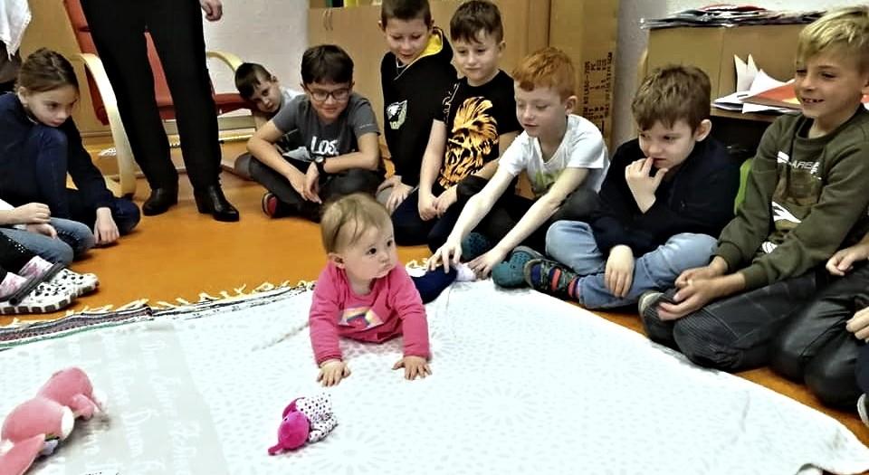 Malá Agátka učí školáky ze Základní školy Rokycanova sociálnímu cítění.