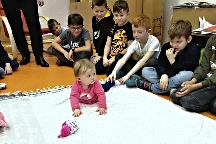 Malá Agátka učí školáky ze Základní školy Rokycanova sociálnímu cítění