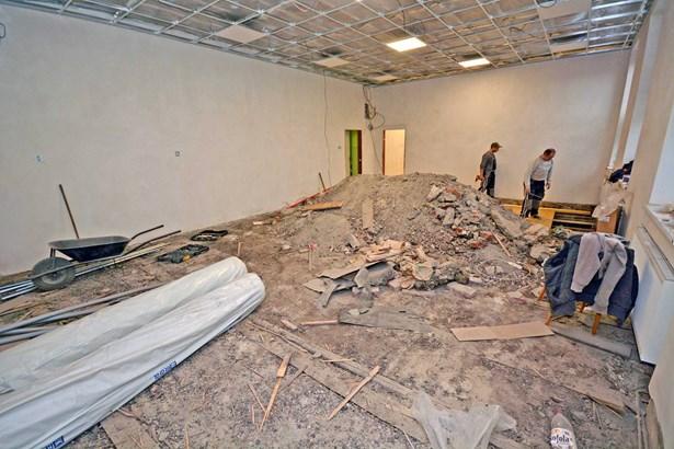 Popis: Opravy v požárem zasažené škole stále pokračují.