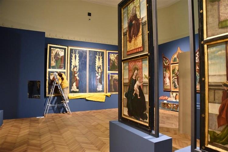 Na výstavě je shromážděno přes 400 uměleckých předmětů. Expozice představuje bohatství regionu od 13. do 16. století