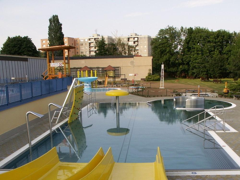 Venkovní bazén s atrakcemi.