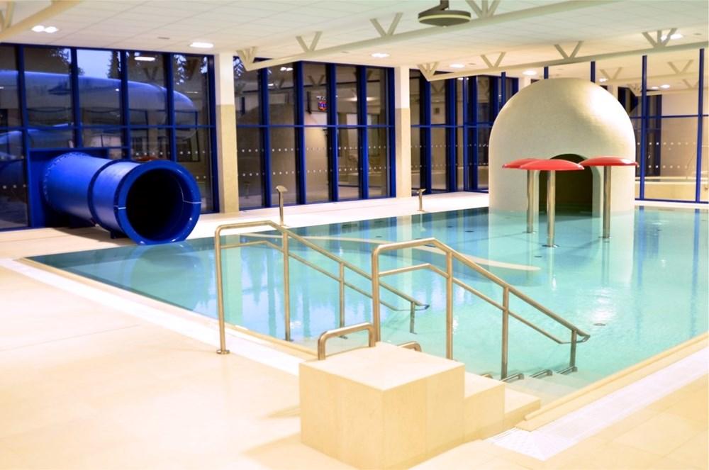 Bazén s tobogánem a vodními atrakcemi.