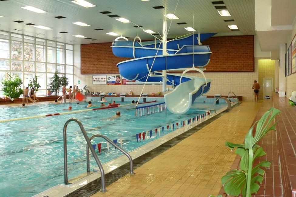 Krytý bazén s tobogánem v Rožnově pod Radhoštěm