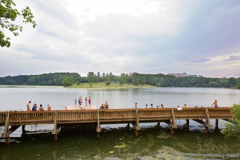 Odpočinkové molo u Hostivařské přehrady.