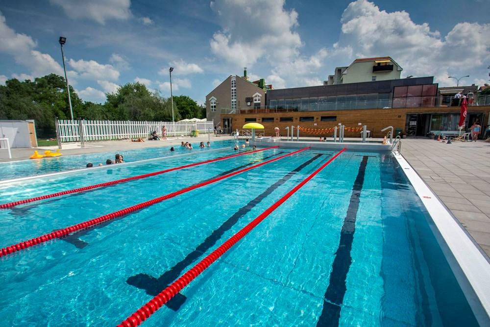 Venkovní bazén Sportovního a rekreačního areálu Pražačka.
