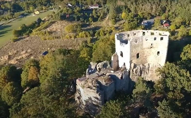 Zřícenina hradu Valečov.