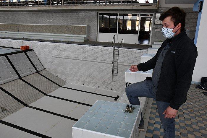 Bazén se už napouští vodou, kryté lázně se otevřou na začátku června