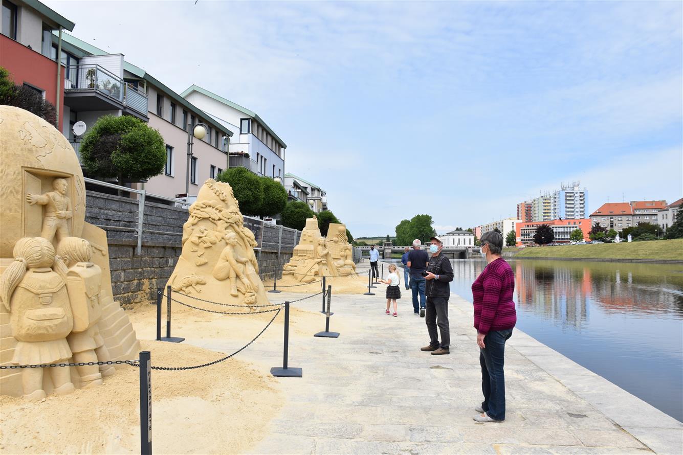 Galerie pískových soch na náplavce se otevřela veřejnosti