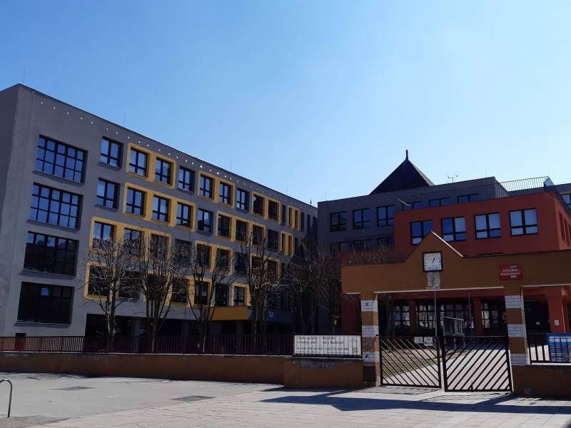 V Praze se postupně otevírají školy. Hlavní město je nad rámec požadavků zásobí osobními ochrannými prostředky