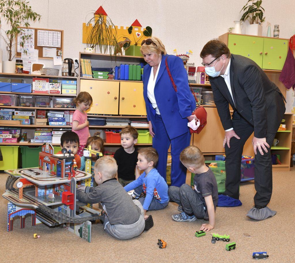 Mateřské školy a první stupně základních škol jsou otevřeny