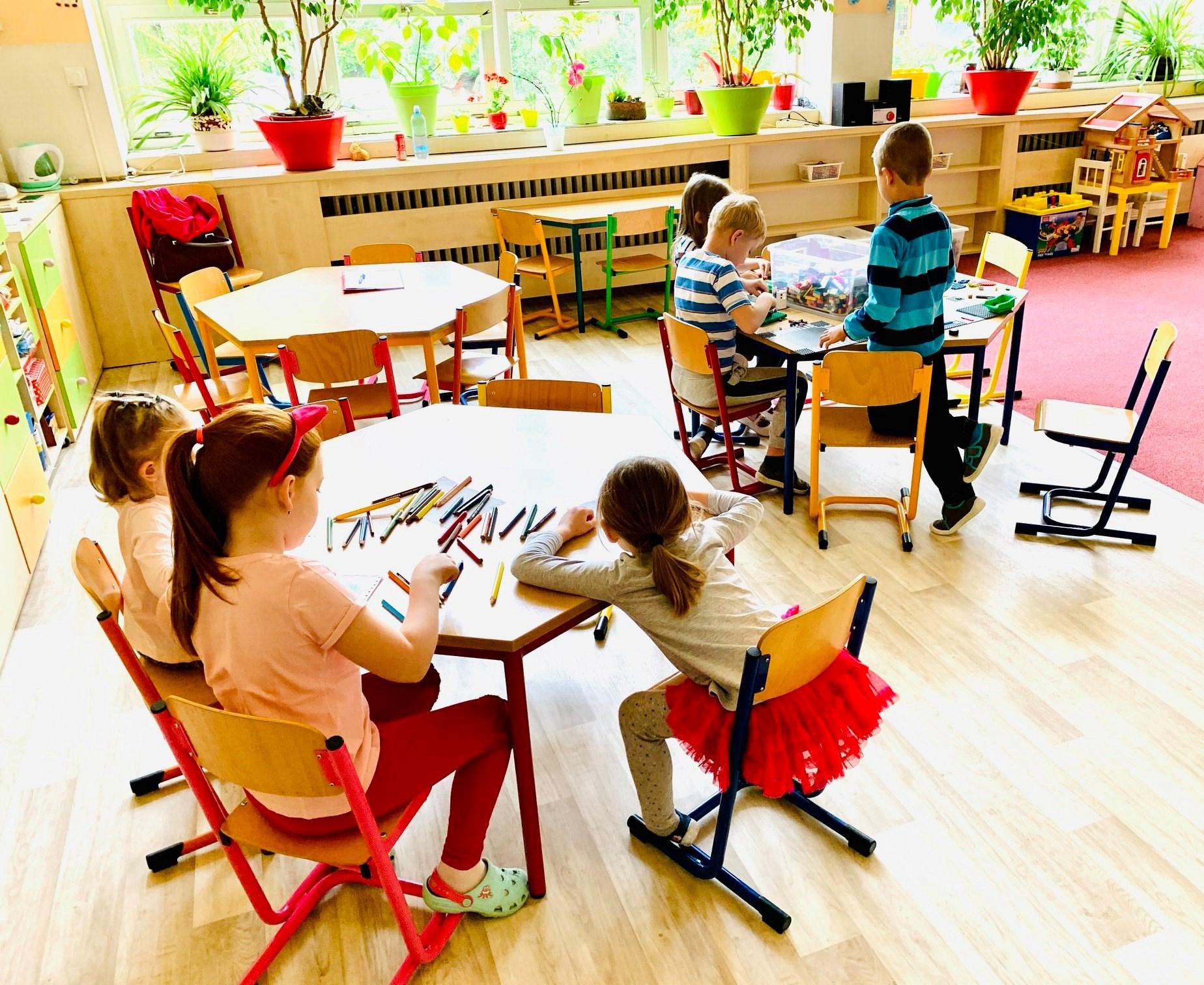 Základní a mateřské školy se opět otevřely, platí v nich speciální provoz