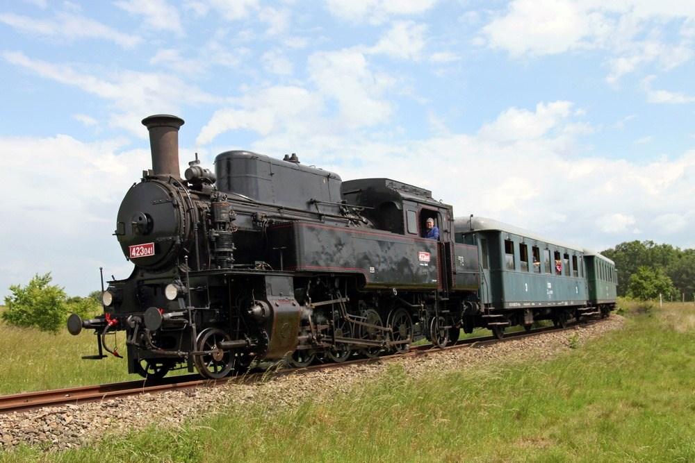 Popis: Novinkou letošního již čtvrtého ročníku série Rožnovské parní léto bude nová parní lokomotiva - Velký Býček s označením 423.041.
