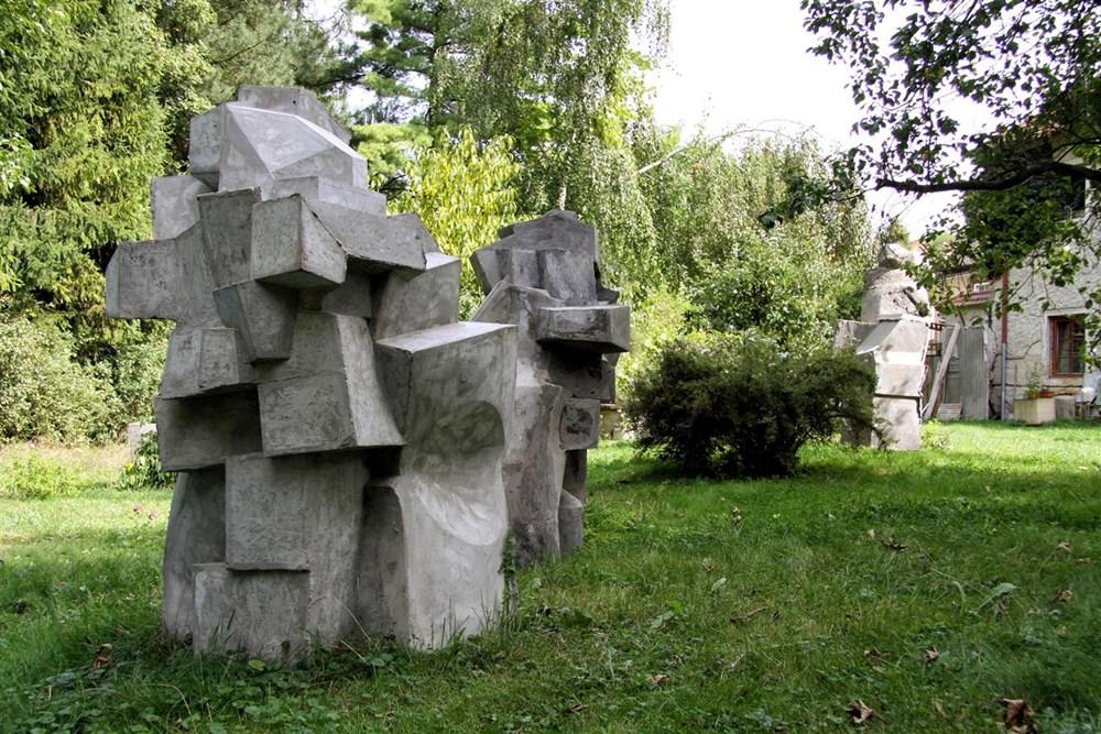 Popis: Sochařská expozice Vojtěcha Míči v městském parku v Rožnově pod Radhoštěm
