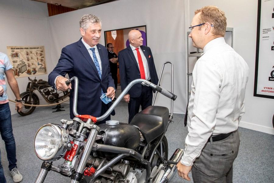 Popis: Ve Velkém světě techniky v Dolních Vítkovicích v Ostravě jsou k vidění historické motocykly.