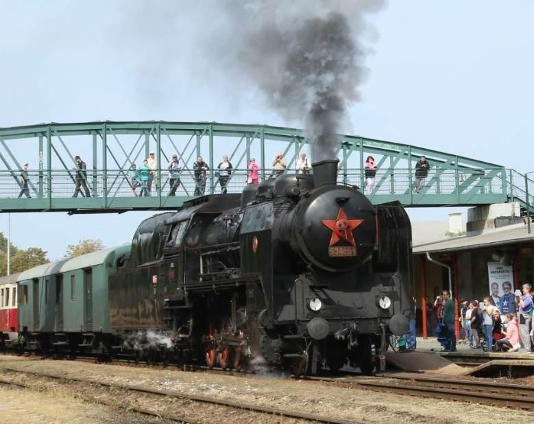Popis: Z parního vlaku, který poveze lokomotiva Kremák, můžete vystoupit nejen v cílové stanici v Berouně, ale také na Křivoklátě a prohlédnout si hrad.