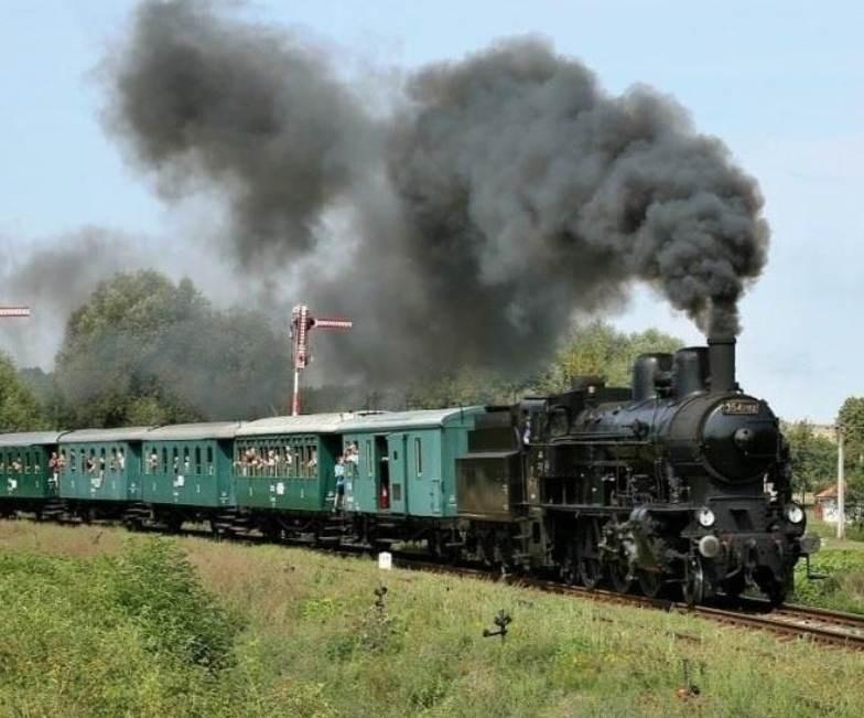 Popis: Historický vlak sveze cestující po jinak opuštěné trati mezi Krupou a Kolešovicemi.