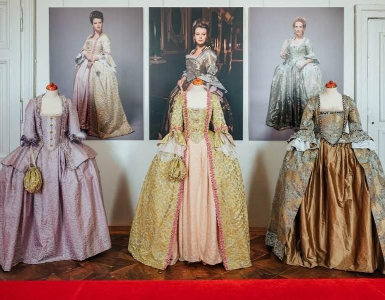 Popis: Na valtickém zámku vystavují kostýmy z filmu Marie Terezie.