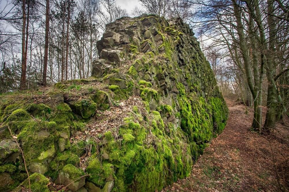 Národní přírodní památka Čertova zeď leží asi čtyři kilometry západně od Českého Dubu.