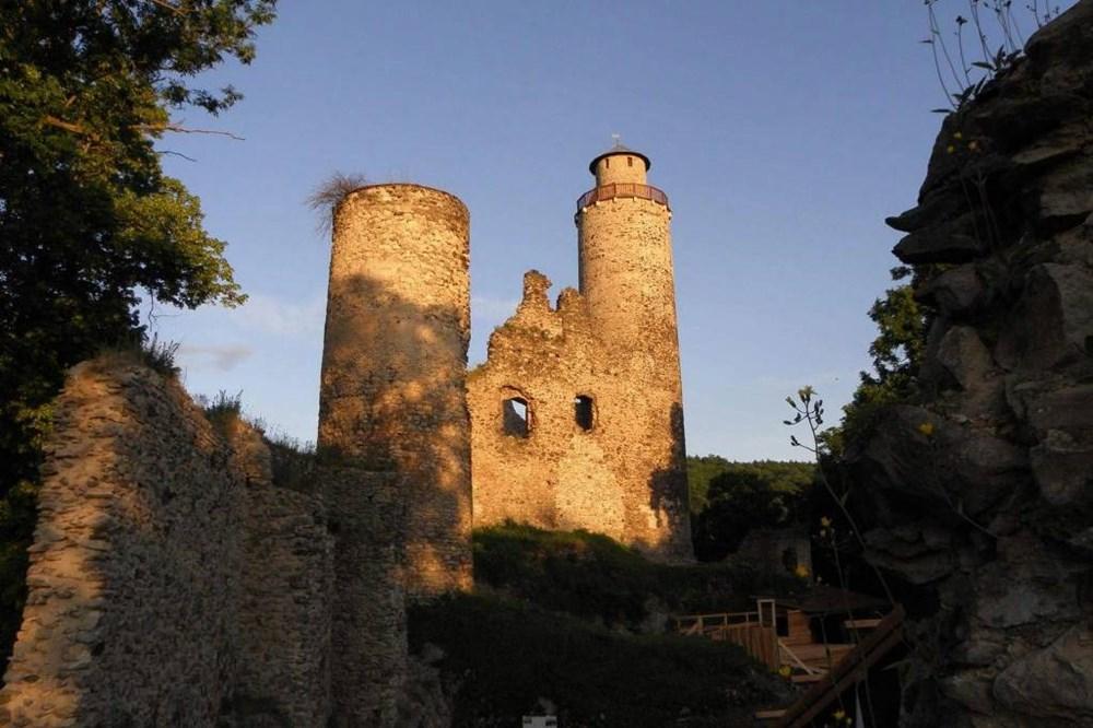 Rozhledna Kostomlaty je součástí zříceniny šlechtického hradu z poloviny 14. století.