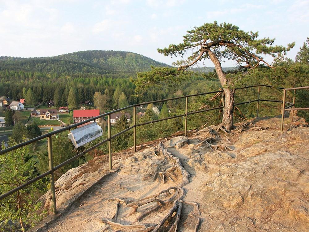 Jižně nad údolím se vypíná vyhlídková skála Havran. Je asi 20 metrů vysoká.